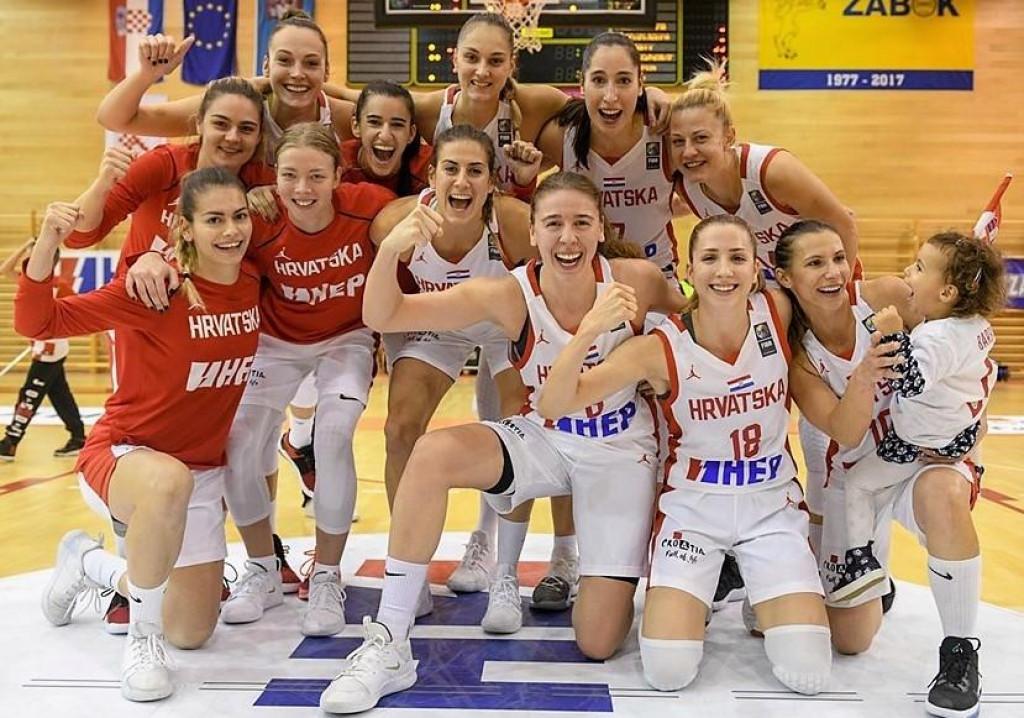 Hrvatska slavi pobjedu u Zaboku protiv Njemačke krajem 2019. godine (Carmen Miloglav i Josipa Silov prve s lijeva, Iva Slonjšak prvi red, u sredini)