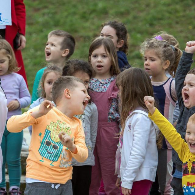 Mali polaznici dječjeg vrtića 'Koralj' trčali su oko stadiona u znak podrške akciji Kristijana Sindika koji će istrčati sedam maratona u sedam dana