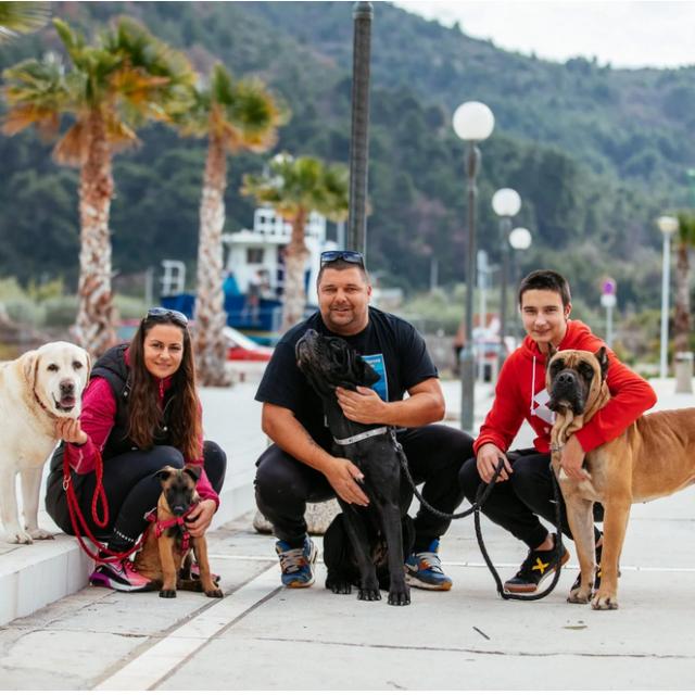 Srđan Botica s obitelji i novim psom, Locom
