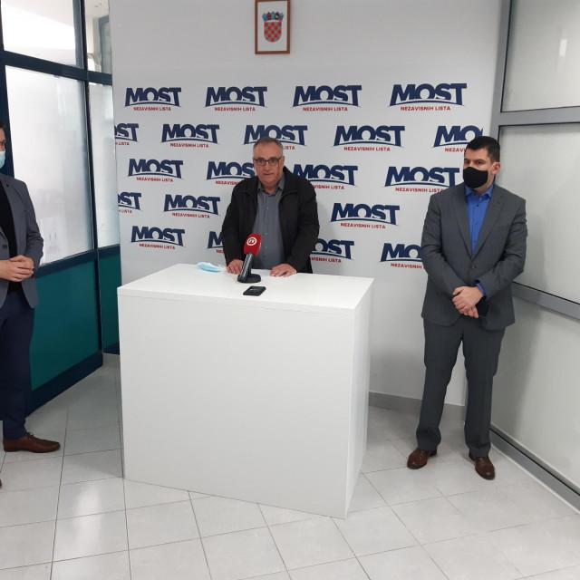 Saborski zastupnici Mosta Božo Petrov i Nikola Grmoja s dr. Nikicom Hajvazom