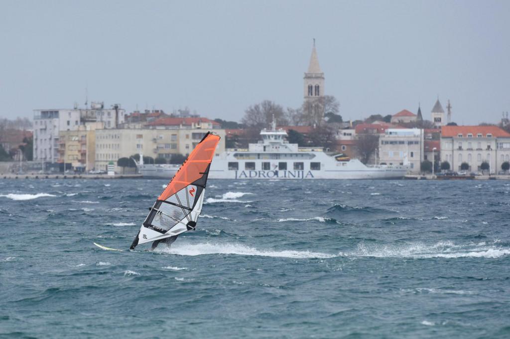 Nekoliko wind i kite surfera uzivalo je danas popodne u juznom vjetru na zadarskoj plazi Puntamika.