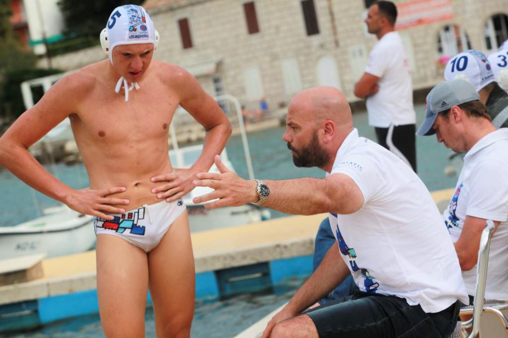 Ivuša Burđelez i Đani Pecotić - dogovor na klupi Jug Adriatic osiguranja na završnom turniru Kupa Hrvatske 2020. na Korčuli foto: Tonči Vlašić