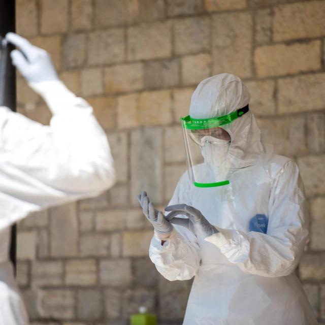 Zadar, 020420<br /> Danas tijekom jutra je ispred dvorane na Ravnicama u tijeku bila priprema za testiranje na koronavirus koje ce se tamo vec tijekom danasnjeg dana poceti obavljati.<br />