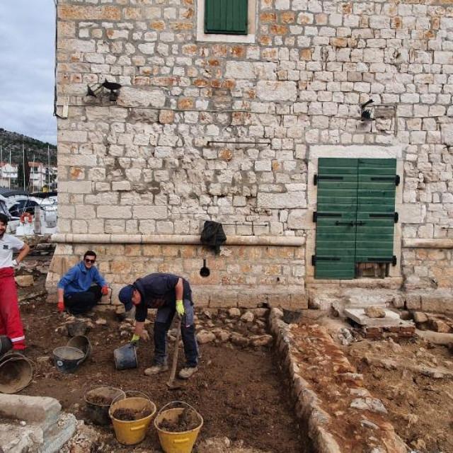 Utvrda u dnu dubokog zaljeva građena je još krajem 15. stoljeća