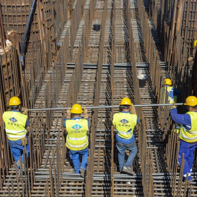 Komarna, 290819.<br /> Gradiliste mosta Peljesac.<br /> Konture Peljeskog mosta nakon pola godine gradnje izlaze iz mora.<br /> Na fotografiji: radnici CRBC-a.<br />
