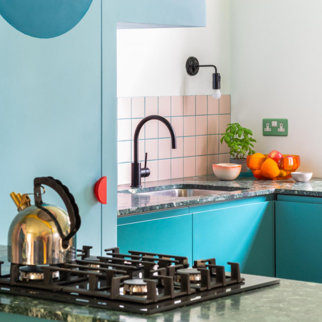 Ružičaste pločice iza sudopera u kuhinji