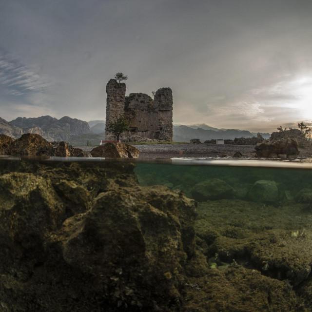 Vecka Kula u Starigrad Paklenici,strateška kula iz osmanskog carstva, koja je nekada čuvala Podvelebitski kanal