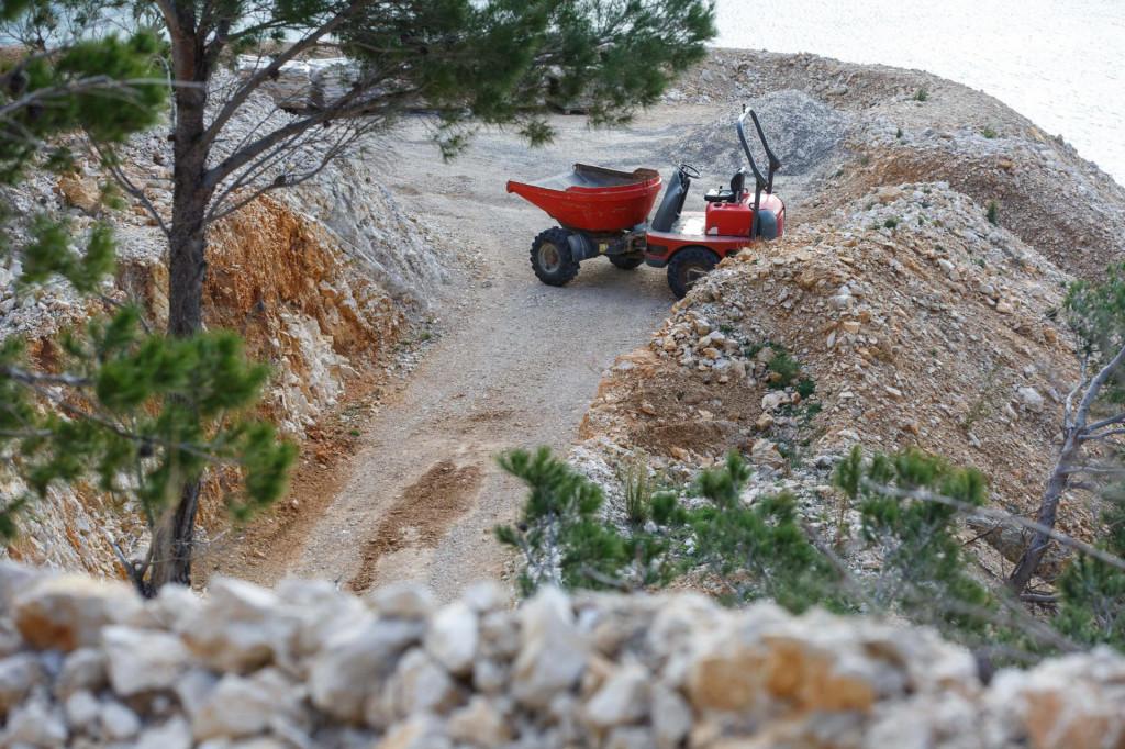 Poduzetnik Stipe Latković trenutno gradi i širi pristupni put s magistrale do plaže Vruja Jakov Prkić/CROPIX