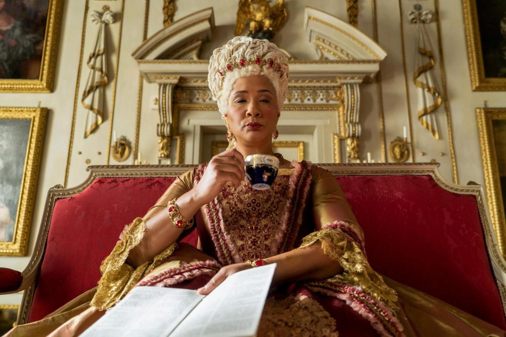 Golda Rosheuvel kao Queen Charlotte u 105. epizodi popularne serije 'Bridgerton' ritualno ispija čaj iz porculana<br />