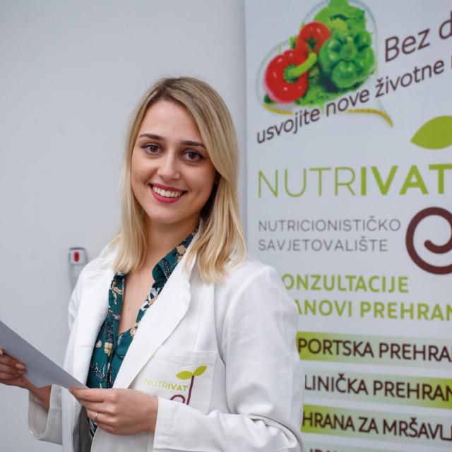 m.sc. Iva Tokić u svom savjetovalištu za prehranu Nutrivat koji se nalazi u trgovačkom centru Joker