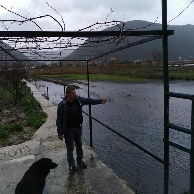 Frano Kužumilović pored polja u koje ne može ni u čizmama