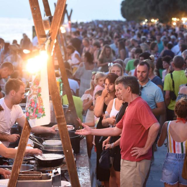 Noć punog miseca, manifestacija koja promovira tradiciju, povijest, kulturu, običaje i gastronomiju zadarskog kraja