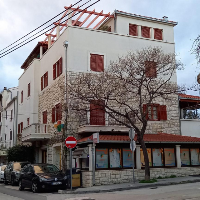 Rekonstruirana obiteljska kuća u Kaštel Lukšiću koju je naslijedila Marina Novak. Dio kuće naslijedila je njezina sestra, a druga obiteljska kuća pripala je njezinu bratu Antonu Kovačevu
