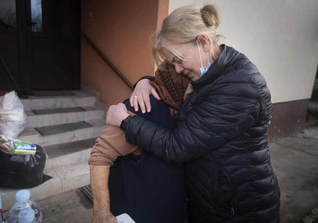Baka Zorka iz sela Majske Poljane u zagrljaju Branke Bakšić Mitić, dogradonačelnice Gline