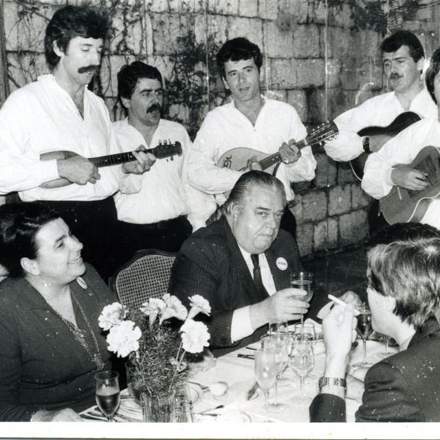 Tito s Jovankom u društvu članova klape 'Maestral'