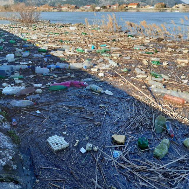 Visok vodostaj: Neretvom doplutale plastične boce i smeće