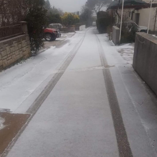 Snijeg je polovicom veljače 2021. zabijelio Pelješac