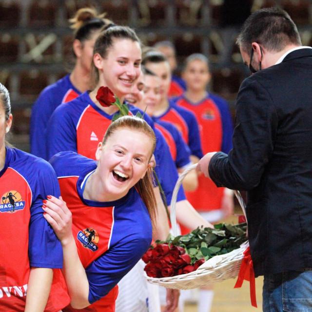Kapetanica Katarina Čagalj i Marija Pocrnjić s ružama, koju će nakon njih dobiti i Romana Stojanović, te ostale košarkašice Raguse... foto: Tonči Vlašić