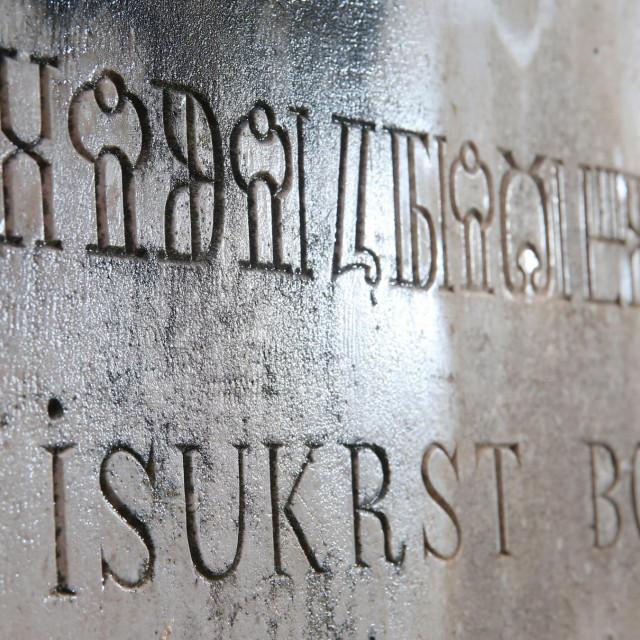 Na kamenom križ iz 1900. jasno je vidljiv glagoljaški natpis preveden na latinicu