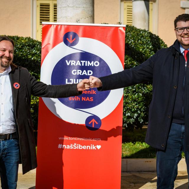 Ispred zgrade gradske uprave predsjednik SDP-a Peđa Grbin predstavio je stranačkog kandidata za gradonačelnika Šibenika Tončija Restovića.