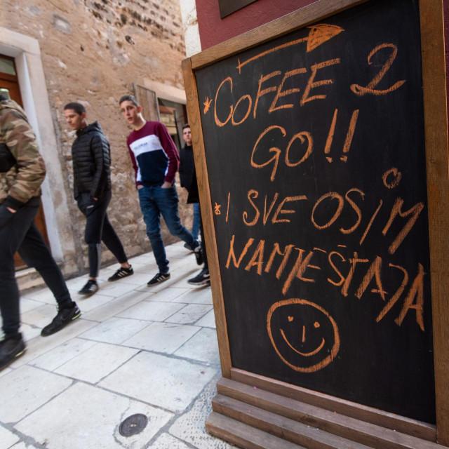 Zadar, 150221<br /> Manji dio zadarskih kafica prilagodio se novom ublazavanju epidemioloskih mjera i krenuo s posluzivanjem pica za van.<br />