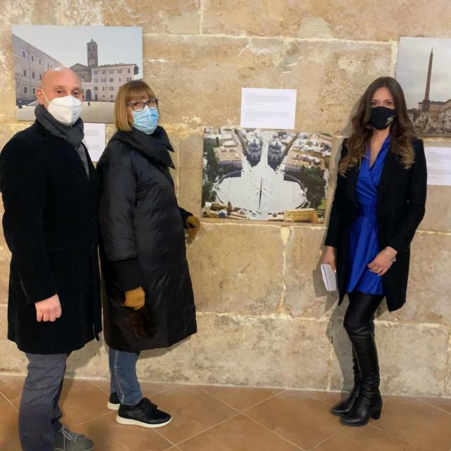 Posjetitelji na otvaranju izložbe