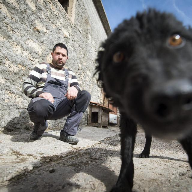 Marijo Jukić i kujica koja je zbog velike zime izgubila netom okoćene štence