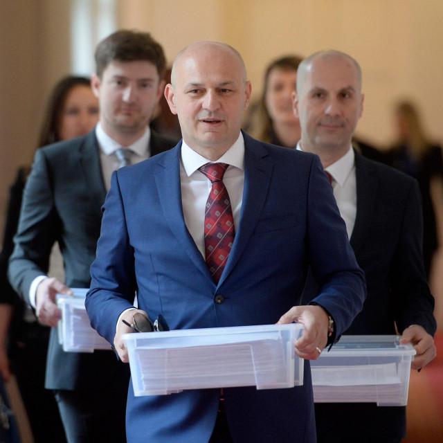 Kolakušić sa suradnicima snimljen neposredno pred predajukandidacijskih lista za natjecanje na izborima za Europski parlament