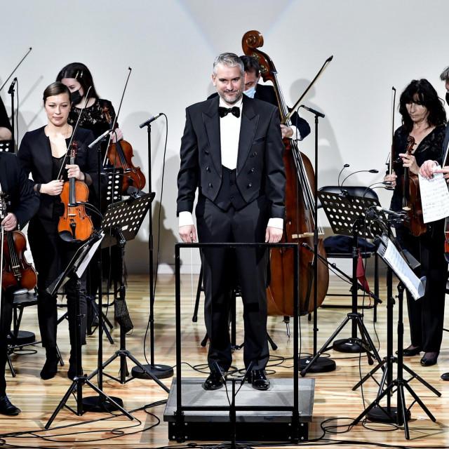 Jure Bučević i Komorni orkestar HNK Split u Hrvatskom domu Split<br /> Nikola Vilić/CROPIX