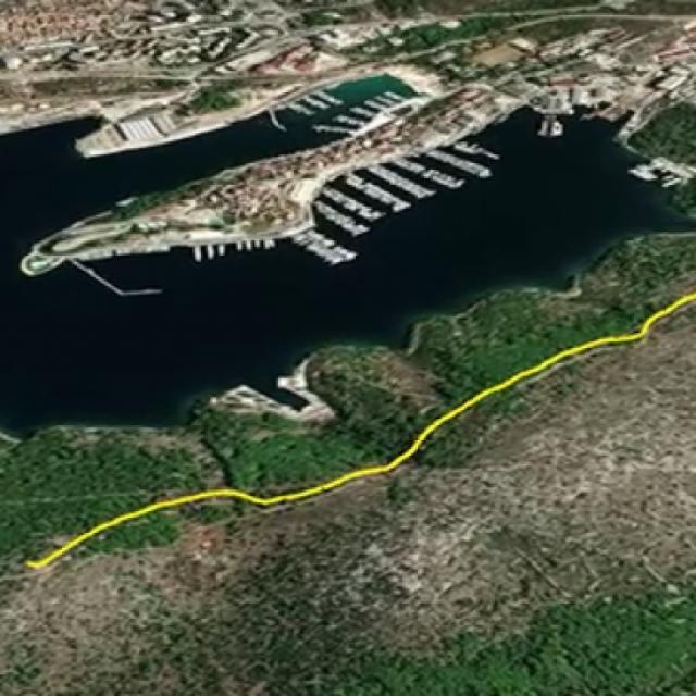 Staza 'Naš mir' označena je žutim, a do nje se dolazi s glavne prometnice Šibenik-Zablaće<br />