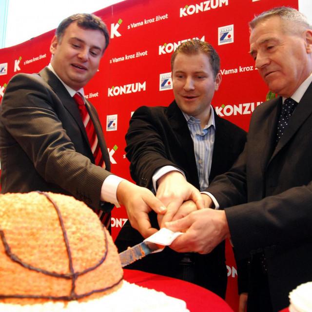 Predsjednik Upravnog odbora KK Zadar Kristijan Magaš, izvršni direktor prodaje i marketinga Konzuma Jure Radoš i Giuseppe Giergia režu tortu povodom potpisivanja ugovora o sponzorstvu 2008. godine