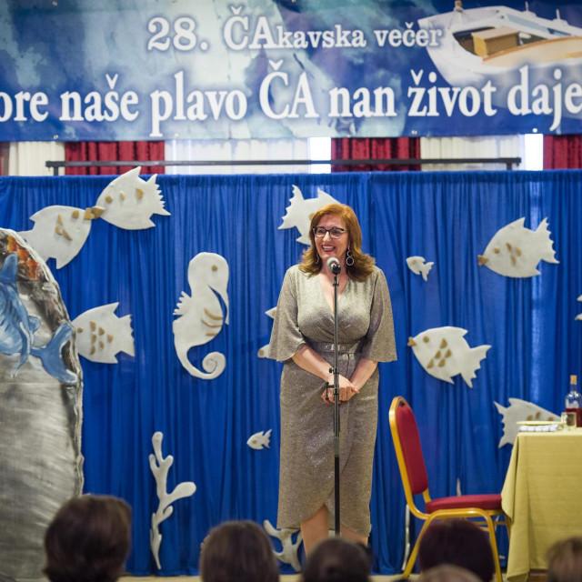 Jadranka Šošić, ravnateljica OŠ 'Bijaći', najavljuje stručni skup o čakavici i podsjeća da je iz tiska izišao Zbornik radova 'ČA u versin, riči i pinelu'<br />