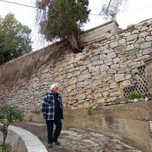 Vlaho Primorac kod spornog zida