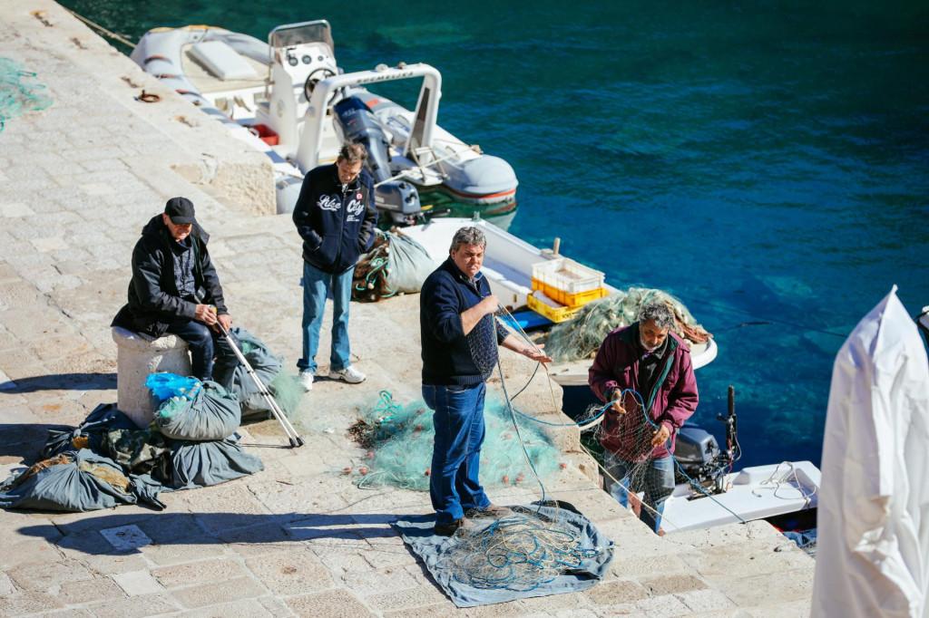 Dubrovnik, 180221<br /> Nakon perioda hladnog vremena, s temperaturama nesto iznad nule, danasnjih 14C stupnjeva mnogi Dubrovcani proveli su na osuncanim povrsinama. Neki hrabriji su se cak i okupali.<br />