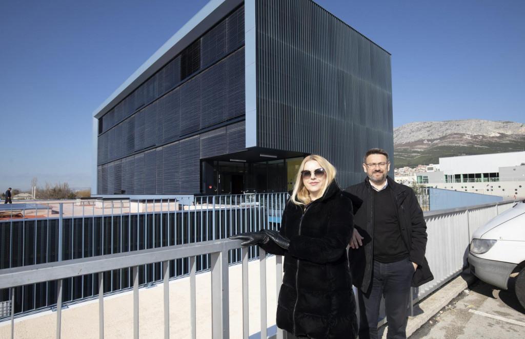 Ravnateljica 'Cvrčka' Anđela Biuk i gradonačelnik Dalibor Ninčević ispred zgrade koja bi se trebala otvoriti početkom ožujka