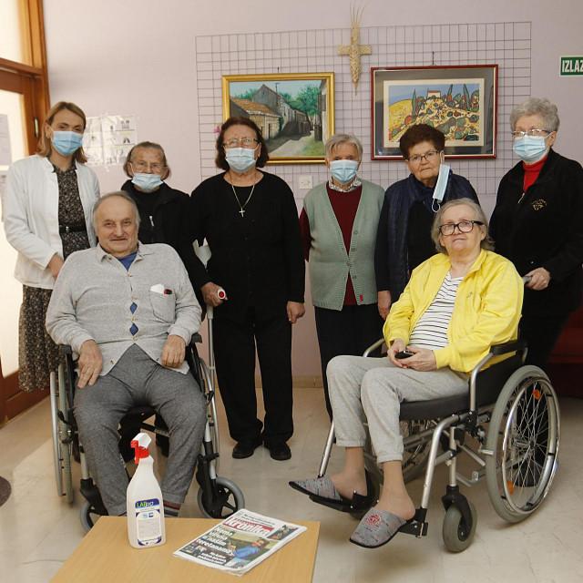 Veličanstvena sedmorka sa socijalnom radnicom Draganom Tolj (stoji prva slijeva)