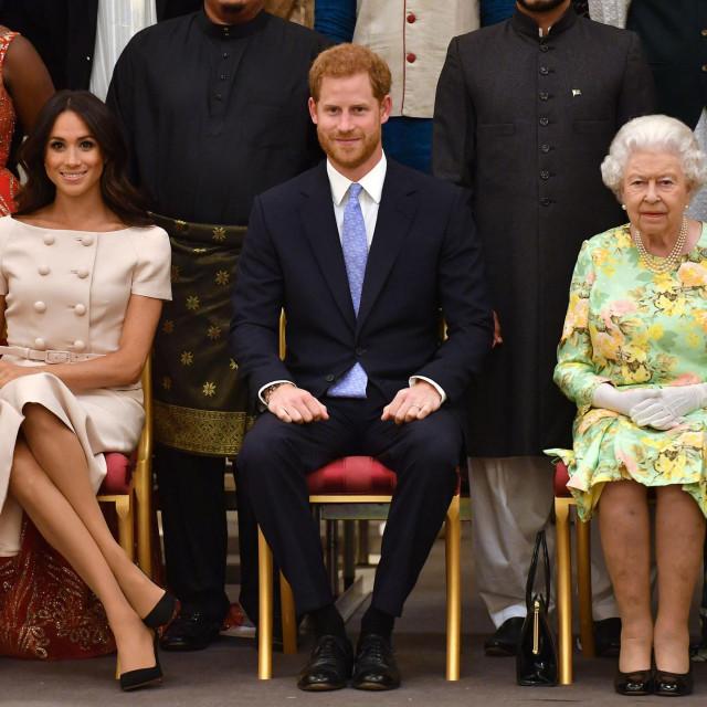 Meghan i Harry s njegovom bakom, kraljicom Elizabetom II., u lipnju 2018. na svečanosti u Buckinghamskoj palači AFP