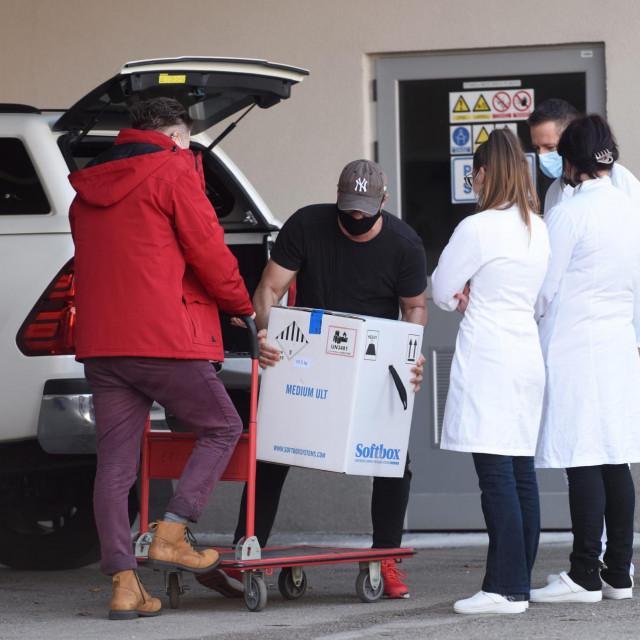 Zadar, 291220.<br /> Danas je na Zavod za javno zdravstvo Zadar u pratnji naoruzane interventne policije stigla jos jedna tura cjepiva protiv koronavirusa tvrtke Pfizer-BioNTech.<br />