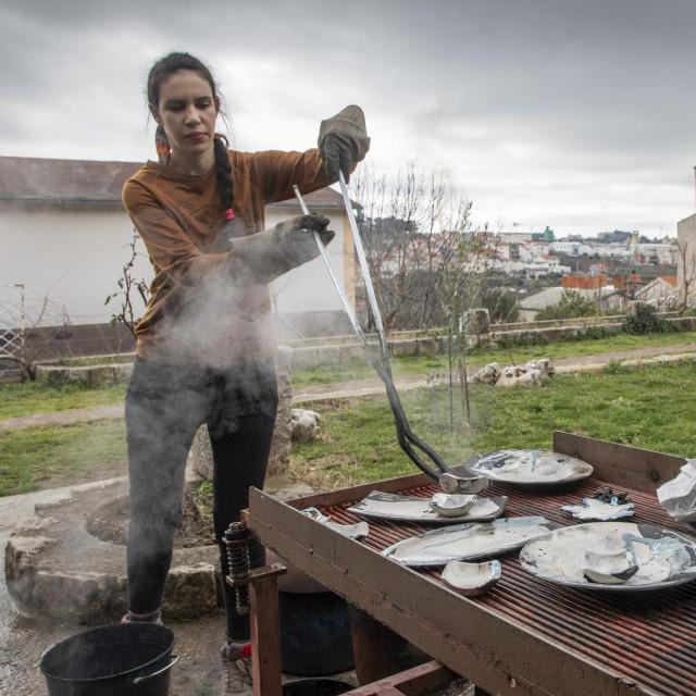 Ana Lončar vadi keramiku na hlađenje