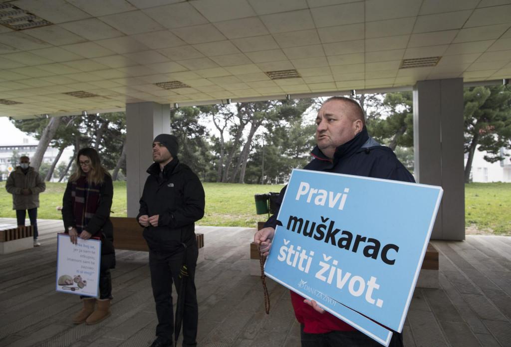 Okupljeni ispred rodilišta u Splitu u organizaciji Centra za život