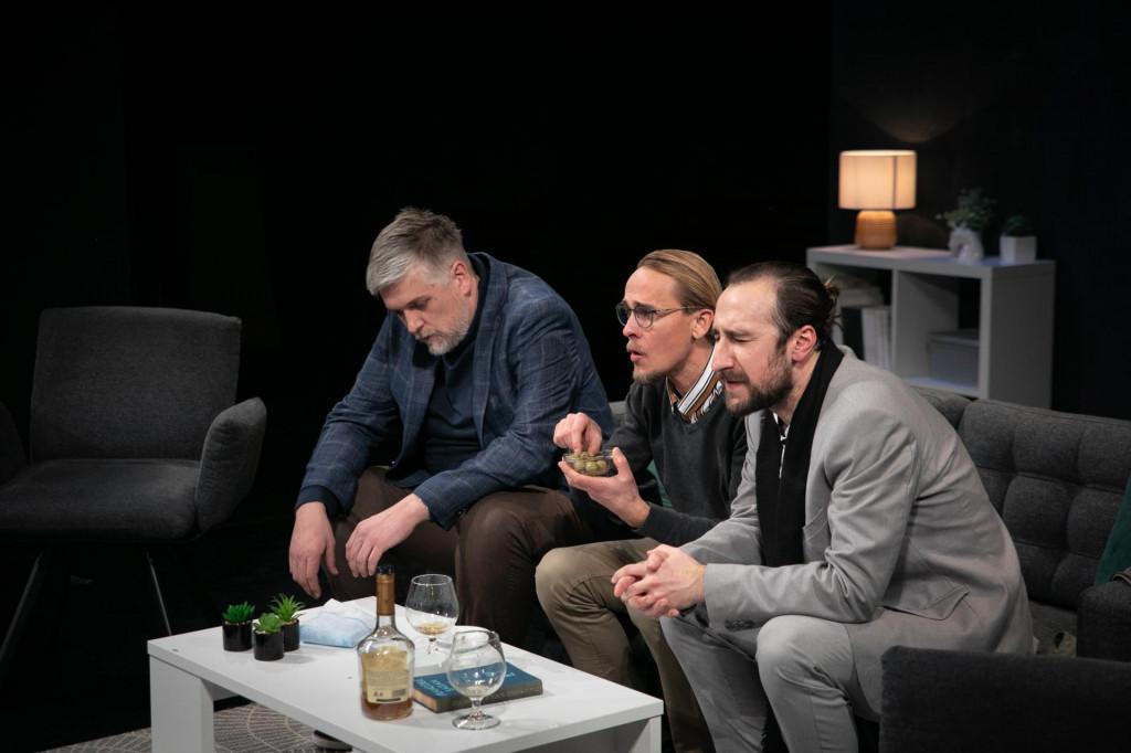 """Predstava """"Art"""" Yasmine Reza u režiji Jasne Jukić.<br /> U predstavi igraju: Zdeslav Čotić, Marjan Nejašmić Banić i Bojan Beribaka<br /> Kazalište Marina Držića"""