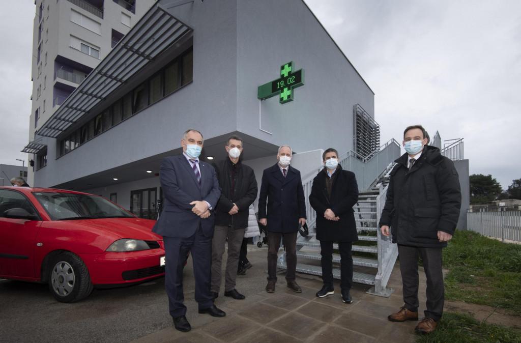 Blaženko Boban, Marko Rađa, Andro Krstulović Opara, Vice Mihanović i Ante Mihanović ispred zdravstvenog centra na Mejašima