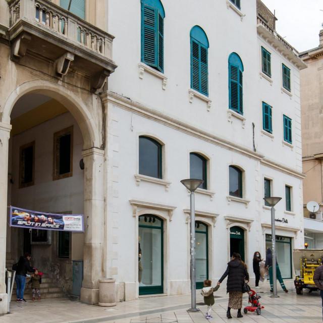 Vlasnik nekretnine kod istočnog ulaza u Prokurative je tvrtka 'Mimoza' koja drži i hotel 'Luxe' u Zvonimirovoj ulici