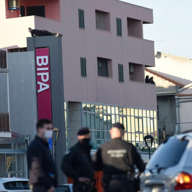 Mladić iz Slavonije već satima prijeti da će se baciti sa zgrade u centru Vodica
