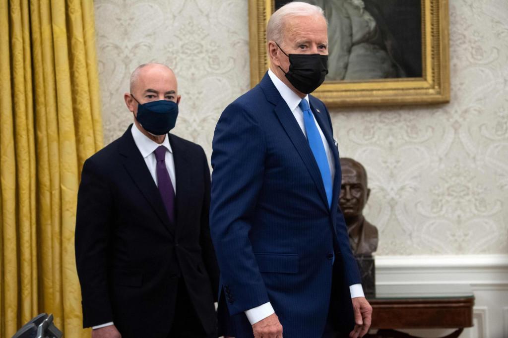 Joe Biden i ministar domovinske zaštite Alejandro Mayorkas<br /> AFP