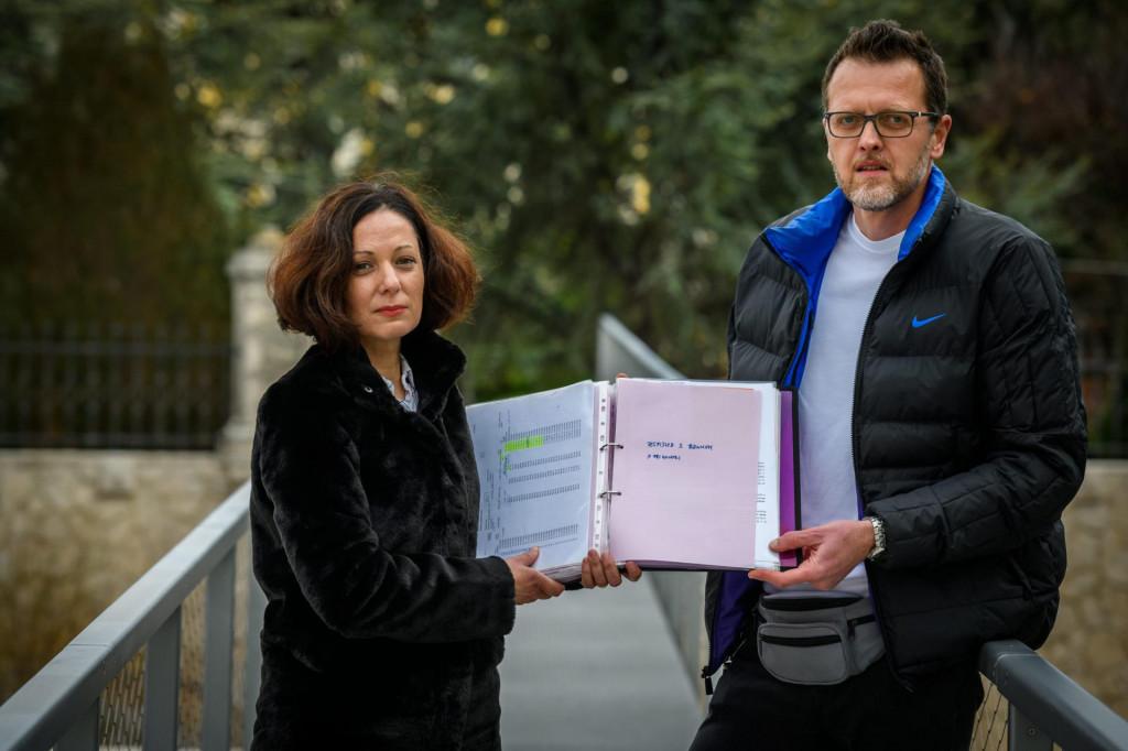 Supružnici Ana i Ivan Šimić s debelom dokumentacijom o kreditima u švicarskim francima koji su im zagorčali život<br /> <br />