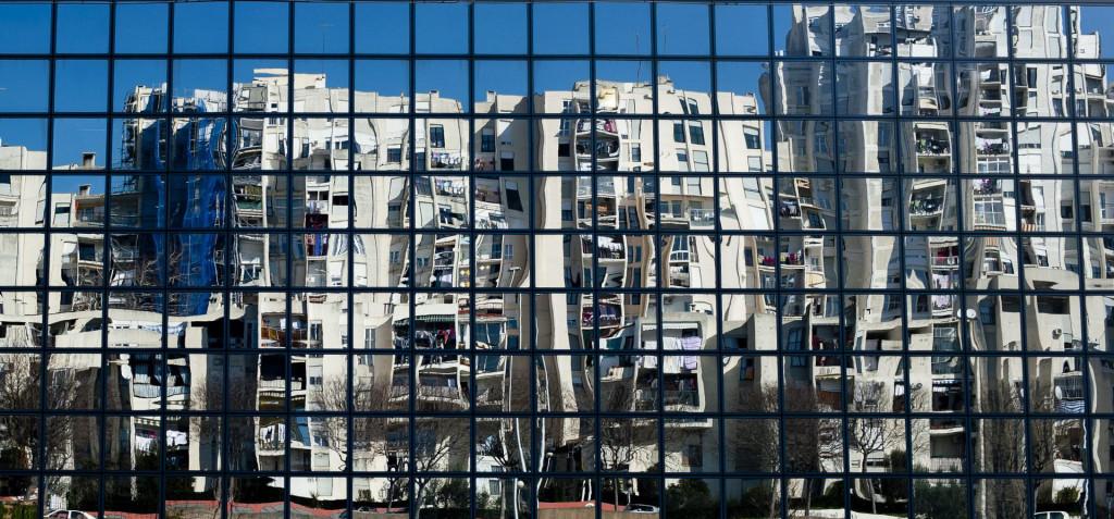 Split, 250213.<br /> Ekonomski fakultet Split.<br /> Neboderi u Vukovarskoj ulici se reflektiraju u staklenoj fasadi ekonomskog fakulteta u Splitu.<br />