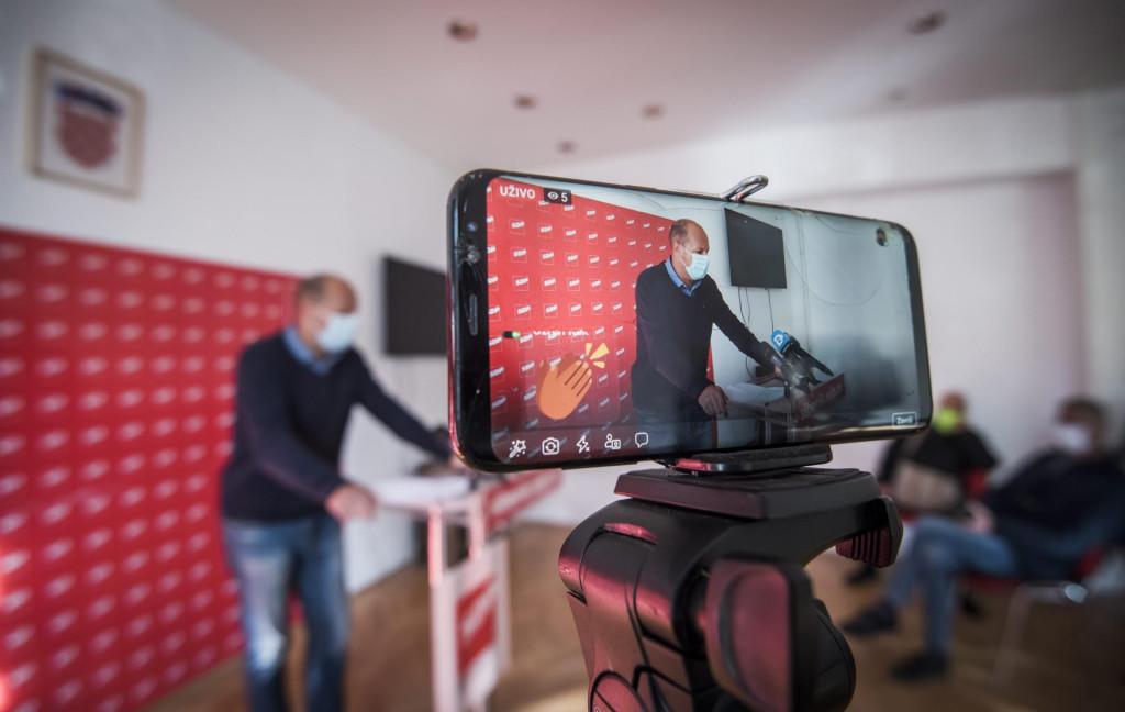 Sibenik, 041220.<br /> Josko Supe predsjednik zupanijske organizacije SDP-a odrzao je press konferenciju na temu Tko me i cemu sluzi stozer.<br />