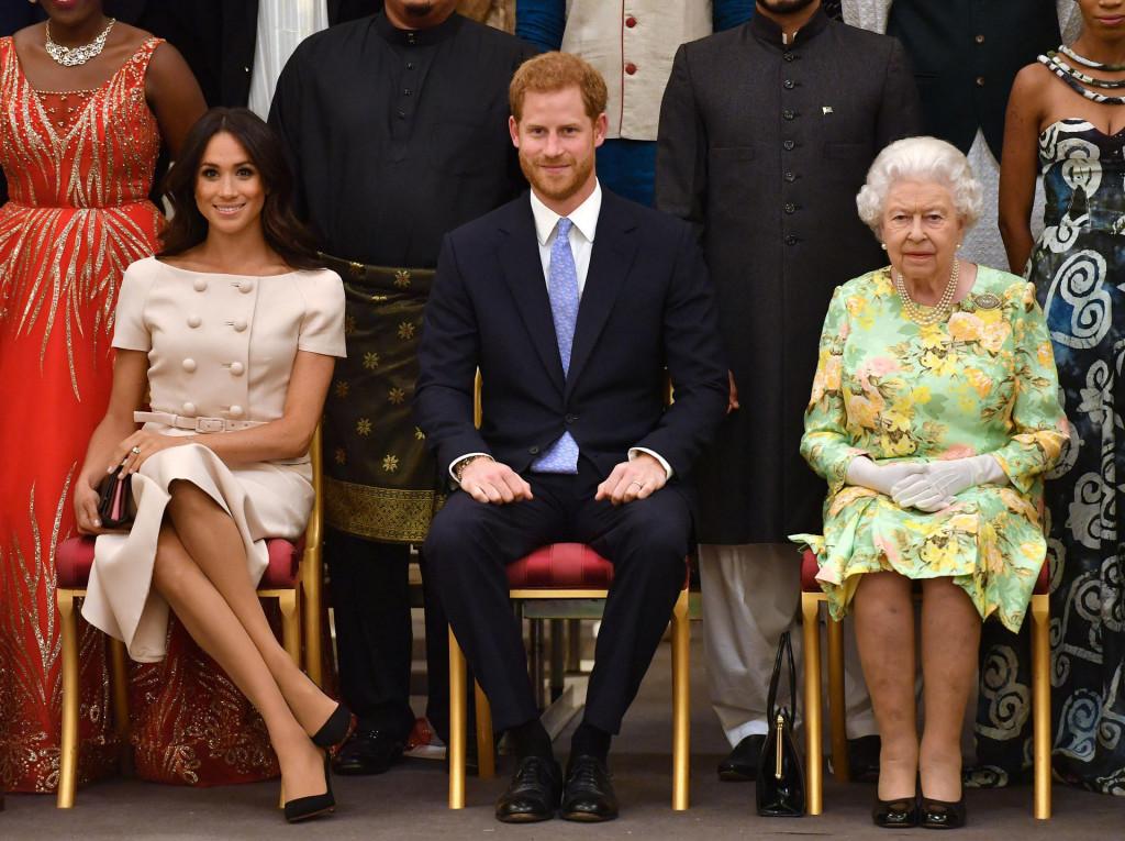 Meghan, Harry i kraljica Elizabetha II. tijekom dodjele nagrada mladim liderima u Buckinghamskoj palači u lipnju 2018. godine