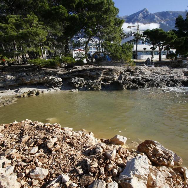 Nasuto pomorsko dobro i hotel 'Romana' u pozadini